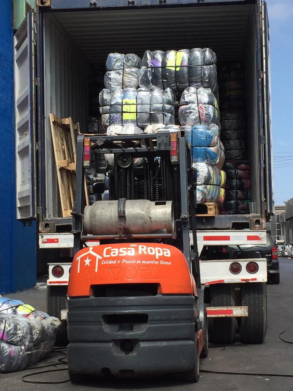 Cargando camion de ropa americana
